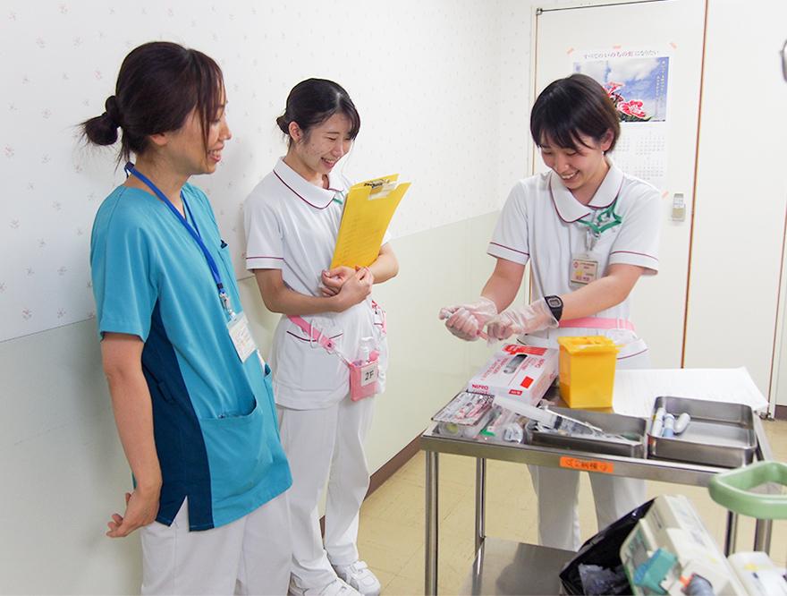 新規病棟配属となった看護師の実技研修の様子